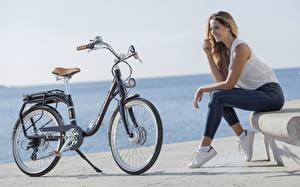 Картинки Велосипеде Сидит Джинсов Улыбается Peugeot eLC01 Девушки