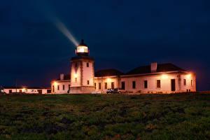 Картинки Португалия Здания Маяки Ночью Трава Лучи света Carrapateira, Faro Природа