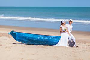 Фотографии Море Лодки 2 Невесты Женихом Свадьбе Пляжа девушка
