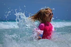 Обои Море Брызги Девочки Очки Счастье Кричат ребёнок