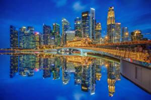 Фотография Сингапур Здания Небоскребы Мост Ночью Заливы Отражении Marina Bay, Jubilee Bridge, Singapore Financial District Города