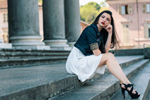 Картинка Лестницы Позирует Сидящие Ног Красивая Брюнетки Смотрит девушка