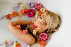 Обои Спящий Ванная Блондинки Красивые Ulyana Mizinova, Victoria Spitsyna Девушки Цветы