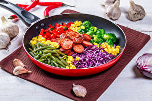 Обои Овощи Чеснок Сосиска Сковороде Нарезанные продукты Продукты питания