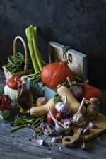 Фото Овощи Тыква Чеснок Смородина Доски Разделочной доске Бутылка