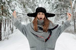 Фотография Зима Снег Шатенки Руки Шапка Удивление Девушки