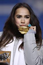 Обои для рабочего стола Брюнетка Взгляд Руки Медаль Поцелуй Alina Zagitova Знаменитости Девушки