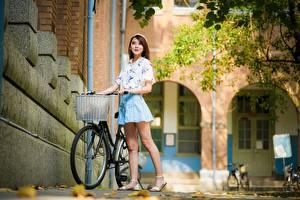 Фотографии Азиатки Боке Позирует Велосипеды Шатенки Ног девушка