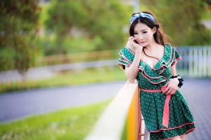 Картинки Азиатка Размытый фон Позирует Платье Шатенка Смотрят девушка