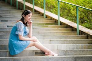 Фотография Азиатки Позирует Сидящие Лестницы Платья Шатенки Ног девушка