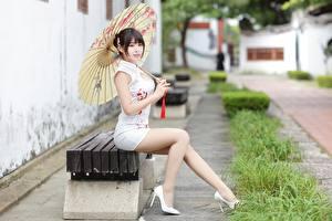 Обои для рабочего стола Азиатки Сидящие Скамья Платья Ног Красивая Зонтом Боке девушка