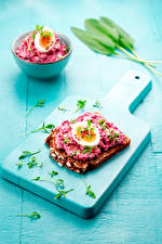 Картинка Бутерброды Хлеб Разделочной доске Яйцо Продукты питания