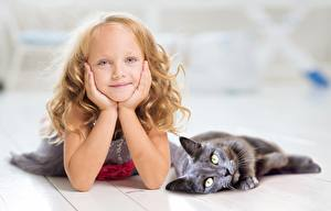 Картинка Коты Две Девочка Взгляд Руки Лежа Дети
