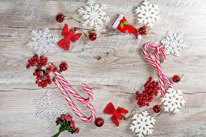 Картинка Новый год Ягоды Леденцы Доски Снежинки Шарики Шапки