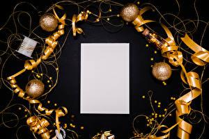 Фотография Новый год Черный фон Шаблон поздравительной открытки Лист бумаги Шарики Лента Звездочки