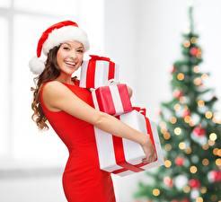 Обои Новый год Размытый фон Шатенка Шапки Улыбка Радость Подарки Девушки