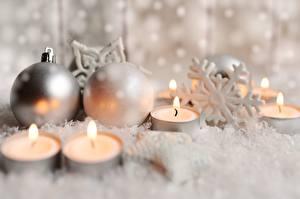 Картинки Новый год Свечи Огонь Снежинки Шарики Размытый фон