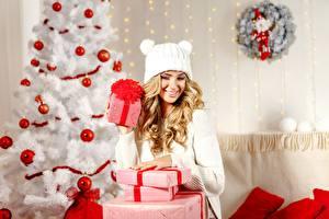 Картинки Новый год Елка Подарки Коробка Шарики Блондинка Шапки Девушки