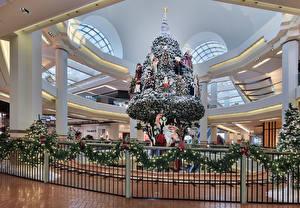 Обои Рождество Новогодняя ёлка Дед Мороз Электрическая гирлянда Забором Ветвь