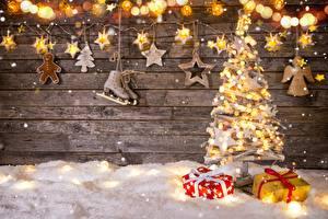 Обои для рабочего стола Новый год Гирлянда Звездочки Коньки Елка Подарки картинки