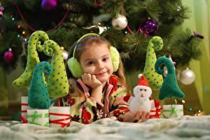 Фото Рождество Праздники Девочка Смотрит Снеговик Улыбается В наушниках ребёнок