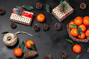 Фотографии Рождество Мандарины Подарок Ветвь Шишки Пища