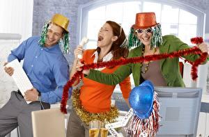 Картинки Новый год Мужчины Праздники Трое 3 Шляпа Смешные Улыбка Очки Радость Девушки