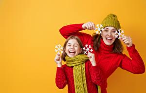 Картинки Новый год Мама Цветной фон Двое Девочки Снежинки Смех Руки Свитер Шарф Радость Дети Девушки