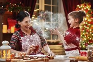 Картинки Новый год Мама Мука Печенье Девочки Повар Радость Дети