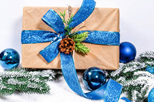 Картинка Новый год Белый фон Шарики Подарки Ветки Шишки Снег Бантик