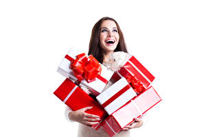 Картинки Новый год Белый фон Шатенка Радостный Подарки Коробка молодая женщина