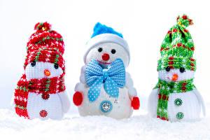 Фотография Рождество Белым фоном Снеговики Трое 3 Шапки Шарфом