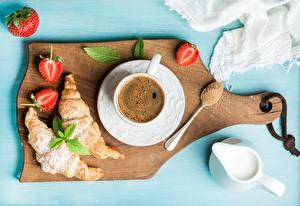 Картинка Кофе Круассан Клубника Завтрак Разделочная доска Чашке Блюдца Сахара Сливками