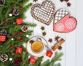 Картинка Кофе Украшения Печенье Новый год Ветки Шишки Чашка Сердце