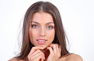 Картинка FERGIE A Valentina Kolesnikova Белом фоне Лица Шатенка Смотрят Руки Кольцо Красивые девушка