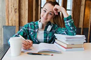 Фото Студентка Шатенки Рука Смотрит Улыбается Сидящие В наушниках Миленькие Тетрадь девушка
