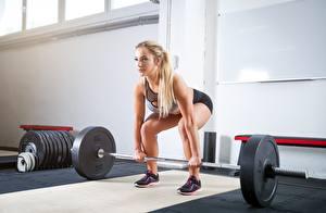 Картинка Фитнес Штангой Тренируется Блондинки спортивный Девушки