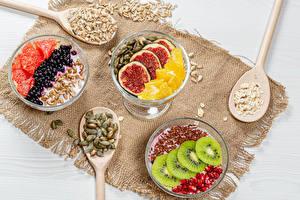 Обои для рабочего стола Фрукты Десерт Ягоды Йогурт Ложки Зерна Нарезанные продукты Еда