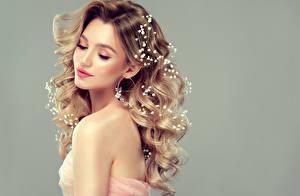 Картинка Сером фоне Блондинка Волосы Прически Красивая девушка