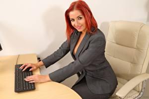 Фотография Harley Geck Клавиатура Секретарша Кресло Рыжие Смотрят Улыбается Сидит Руки Костюм девушка