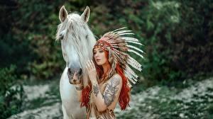 Фотография Лошадь Индейский головной убор Индеец Рыжие Janusz Żołnierczyk Девушки Животные