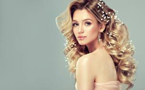 Фотография Украшения Сером фоне Блондинка Смотрят Волосы Красивые Причёска молодая женщина