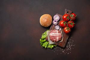 Картинка Мясные продукты Томаты Лук репчатый Котлета Бекон Гамбургер Разделочная доска Соли Продукты питания