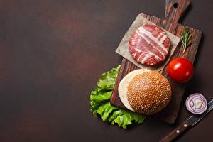 Картинка Мясные продукты Томаты Лук репчатый Гамбургер Котлета Бекон Разделочной доске
