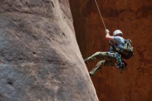 Фотография Альпинизм Мужчины Скала Альпинист Спорт