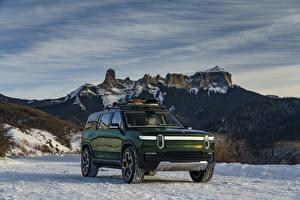 Фотографии Горы Снег Внедорожник Зеленых Металлик 2019 Rivian R1S Автомобили