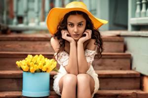 Обои Сидящие Модель Шляпа Руки Поза Смотрят Лестницы Natia Gachava Девушки