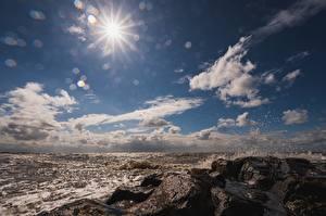 Картинка Море Камни Небо Брызги Лучи света Солнца Природа