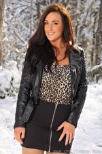 Картинки Stacey Poole Шатенки Взгляд Улыбается Юбке Куртках Руки молодая женщина