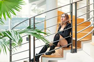 Картинка Лестница Сидит Ноги Гольфах Очках молодые женщины